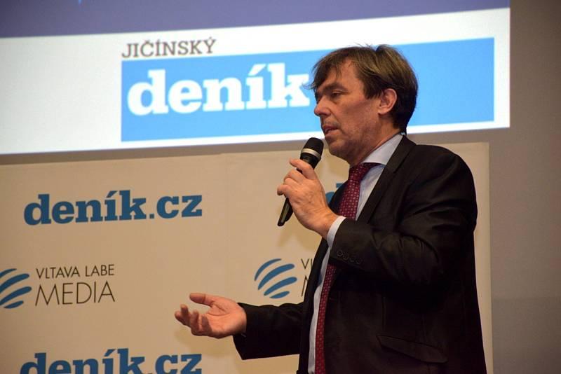 V jičínském biografu proběhlo Setkání se starostou. Komentovat dění ve městě přišel starosta Jan Malý a místostarostové Petr Hamáček a Jan Jiřička.