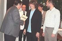 Předseda sportovního výboru František Vitoch předává diplom Petru Soukupovi, vpravo Karel Kotyk.