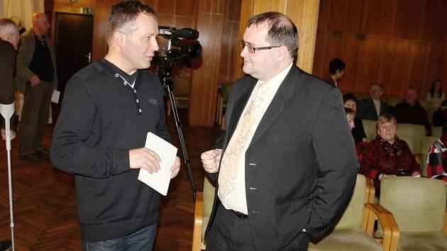 MARTIN HLADKÝ, literární historik (vpravo) rozmlouvá se starostou Lázní Bělohradu Pavlem Šubrem.