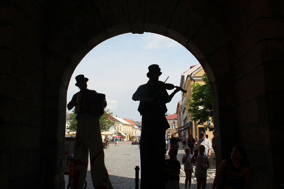Multižánrový festival v ulicích města zahájil netradiční pochod dua Notochod od Masarykova divadla.