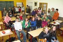 Část našich a německých studentů s profesory v hořickém gymnáziu.