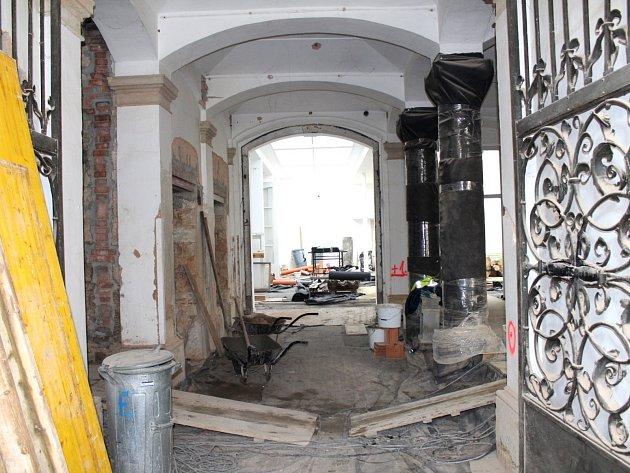 Stavební práce na realizaci investiční akce za dvacet sedm milionů korun budou pokračovat do podzimu letošního roku.