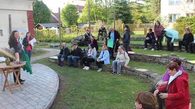 Veřejné čtení literatury se v Jičíně konalo v zahradě V. Čtvrtka, v divadle Srdíčko, na lavičce v lipové aleji a v Apropu.