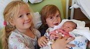 Lola Prokešová se narodila šťastným rodičům Marcele a Robertovi Prokešovým dne 10. října s porodní mírou 52 cm a 4,25 kg. Doma v Ohavči se na sestřičku těšil dvou a půl roční Hugoušek. Radost z miminka má i sestřenice Johanka. Foto: archiv rodiny
