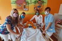 Do výroby roušek se v novopacké střední škole gastronomie a služeb pustily nejen budoucí švadleny, ale i učitelky a pomáhají i rodinní příslušníci.