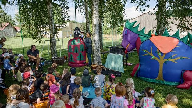V Lukavci u Hořic zpříjemnila dětem první prázdninový víkend Dračí pohádka a dvě čarodějnice.