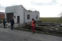 V Robousích vichřice Sabine odnesla střechu hasičské zbrojnice.