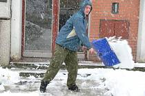 Nezbytný úklid sněhu kolem domů.