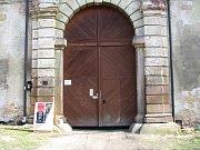 Vchod do dvora Valdštejnské lodžie.