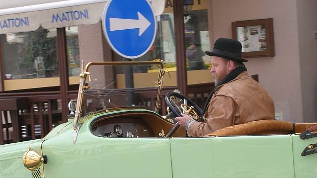 Po prvomájové výstavě na Žižkově náměstí přichází tradiční akce jičínského Veteran Car Clubu.