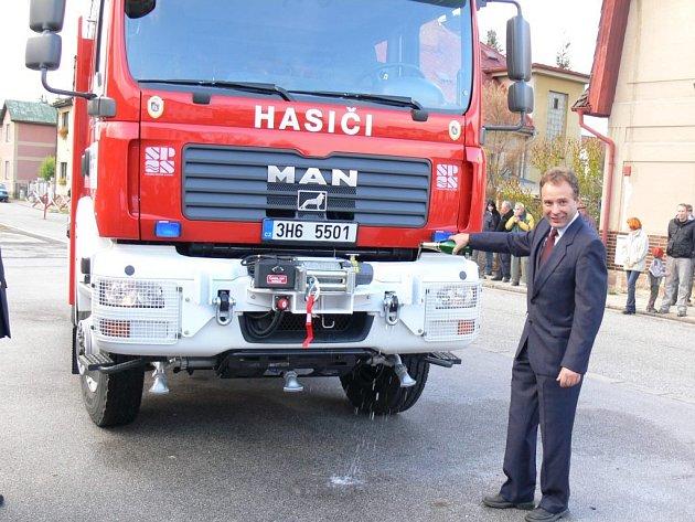 Křest nové cisterny starostou města Pavlem Šubrem.