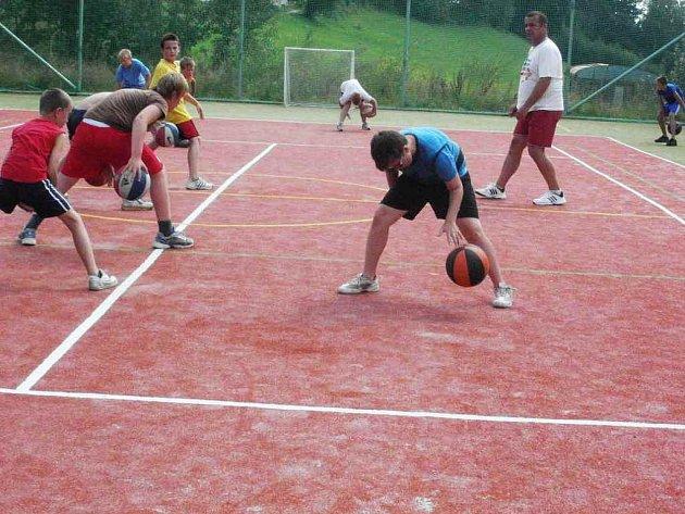Účastníci kempu mladých novopackých basketbalistů.