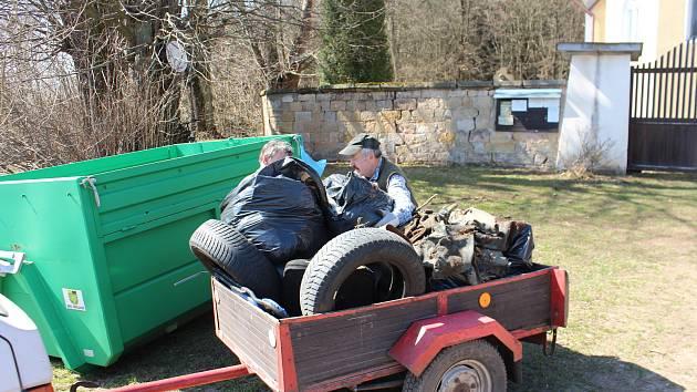 Sobotní úklidová akce Ukliďme svět, ukliďme  Česko. Patnáct dobrovolníků uklízelo v okolí hlavní silnice I/16 v kopci Babák  a stavského kostelíku.