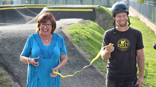 """""""Já bych se bála. Ale děti jsou nadšené. Jen rodiče teď budou trnout, aby se nikdo nezranil,"""" smála se starostka Dana Kracíková. Děti se ale nebály a prý teď budou na sportoviště jezdit každý den."""