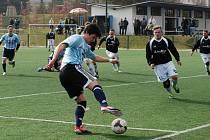 FOTBALISTÉ Jičína zahájili jarní část sezony domácí výhrou s Broumovem (2:0).