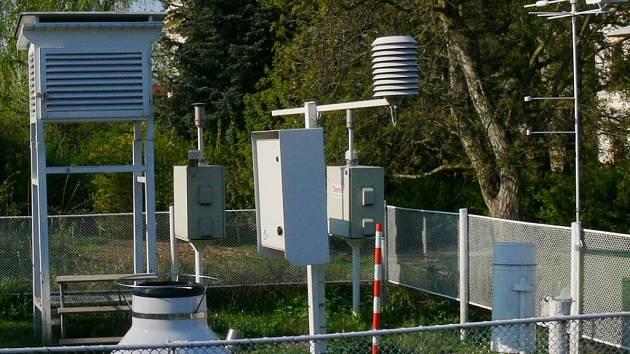 Meteorologická staníce k měření množství srážek i dalších faktorů počasí.