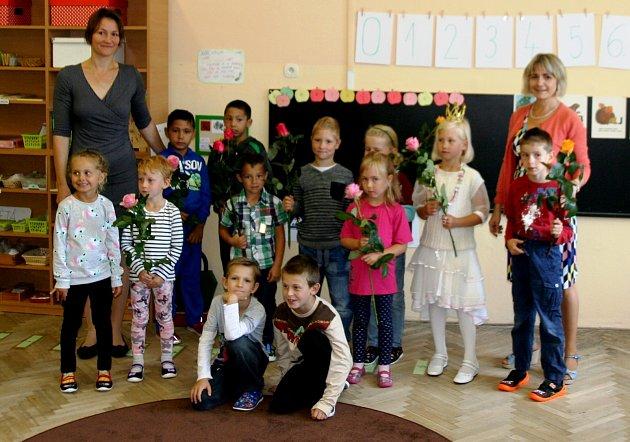 VZákladní škole vDětenicích vstoupilo do prvého ročníku 12dětí, třídní učitelka je Drahomíra Reclová, zleva ředitelka Kamila Machurová.