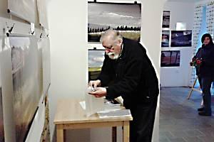 PETR VOLF ne za kamerou, ale s fotoaparátem. Výstavu jeho fotografií z Podkrkonoší můžete zhlédnout v Knihkupectví Lilie na Husově ulici v Jičíně.