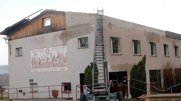 Objekt bělohradského areálu U lva bez střechy, kterou zničil orkán začátkem roku.