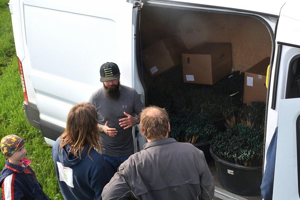 S výsadbou přijeli pomoci odborníci i široká rodina.