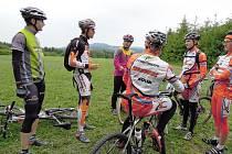 Chvíle odpočinku. Takové okamžiky jsou mezi cyklisty vzácné, zbývá čas  prohodit pár slov s kamarády.
