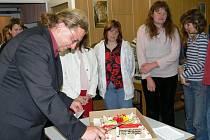 Tomáš Hájek při porcování dortu, sladké odměny matkám za jejich úspěšné absolvování rekvalifikačního kurzu.
