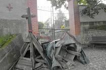 Opravy na peckovském hřbitově.
