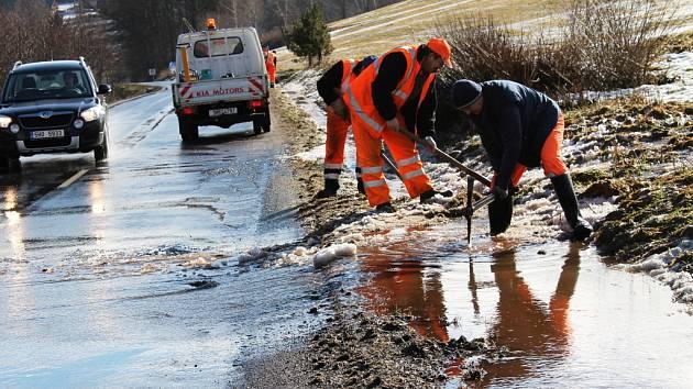 Voda z polí se vylévá i na silnice.