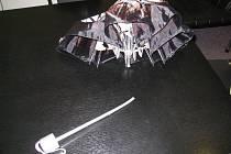 Údajně titanový deštník, nevydržel.