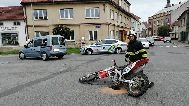 Dopravní nehoda se stala v Havlíčkově ulici. Zraněný motorkář skončil v péči záchranářů.