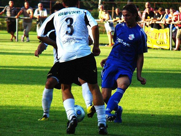 Novopacký útočník Marcel Bažík v zajetí dvou bránících semilských hráčů, zády s číslem 3 exligový Tomáš Brezinský.