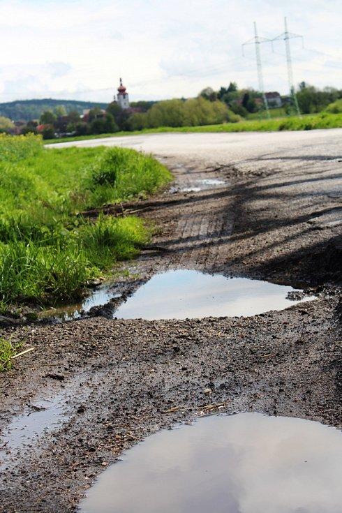 Nebezpečný úsek vozovky mezi Těšínem - Soběrazí a Radimí čeká na opravu, a to od roku 2002. Podle odborníků začne nejdříve za pět let.