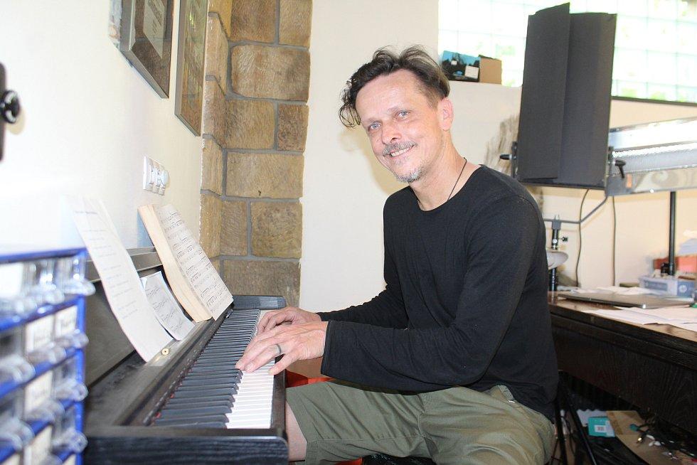 Michal Malátný, frontman kapely Chinaski, na své chalupě na Jičínsku dva měsíce rozhodně nezahálel.