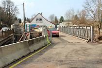 Most v Krkonošské ulici v Nové Pace prochází rekonstrukcí. Doprava je řízena přes den pracovníky firmy, v noci semafory.