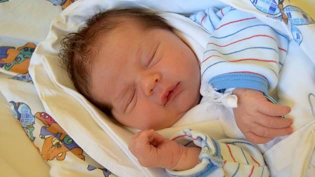 Nathaniel Oleríny se usmívá na svoje rodiče Petru Folprechtovou a Radovana Oleríny od 22. října, kdy se narodil s váhou 3,78 kg a mírou 50 cm. Doma v Nové Pace se na brášku těšil dvouletý Dominik.