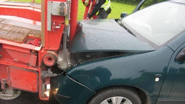 V pondělí 16. června zřejmě nedodržel 23letý řidič vozidla Škoda Fabia bezpečnou vzdálenost za nákladním vozidlem Iveco s návěsem. Škoda byla vyčíslena na 40 tisíc korun.