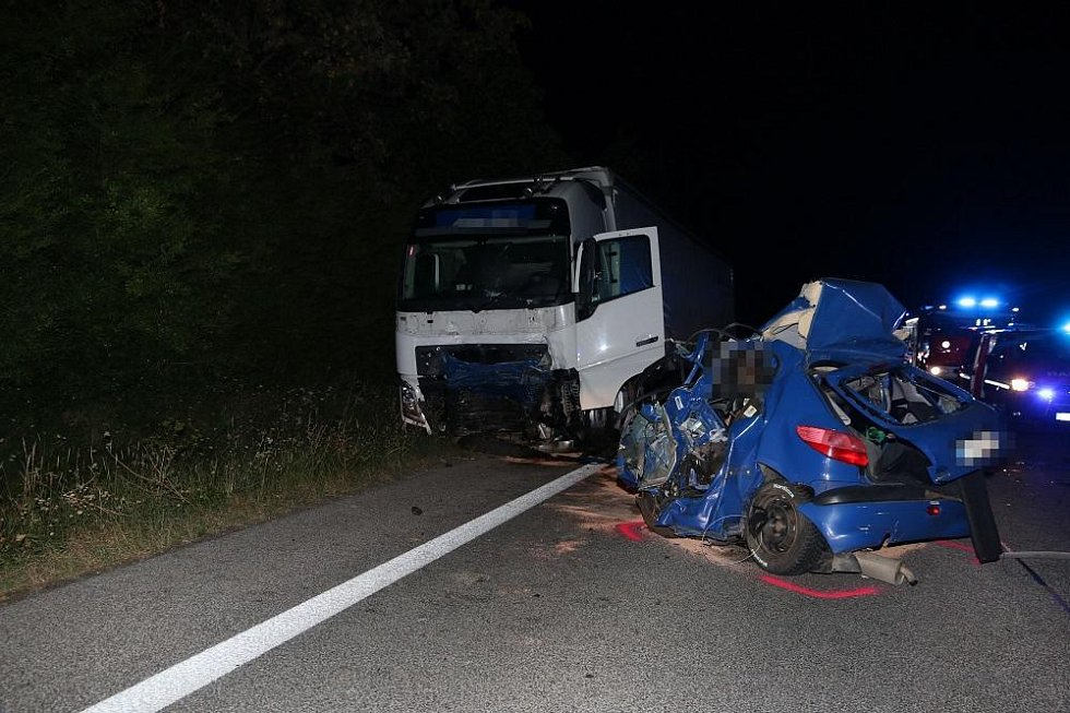 U Dolního Lochova zahynul mladý muž, vjel pod náklaďák.
