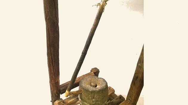 Kamenný mlýnek nazývaný žernov.