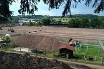 První etapou plánované rekonstrukce hořického fotbalového hřiště je renovace hrací plochy.