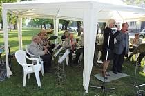 Prvomájová oslava v Jičíně v lipách za hudby Javorky.