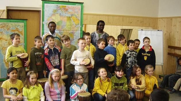 Společné foto s africkými přáteli.