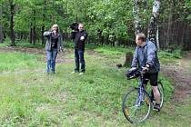 REPORTÉŘI instruují miletínského starostu Miroslava Noska, kam přesně má na kole dojet a kdy musí sesednout.