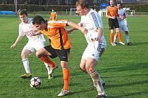 NOVOPAČTÍ OBRÁNCI  Vích a Macháček (v bílém) bojují o míč s jedním z útočníků kolínského mužstva.