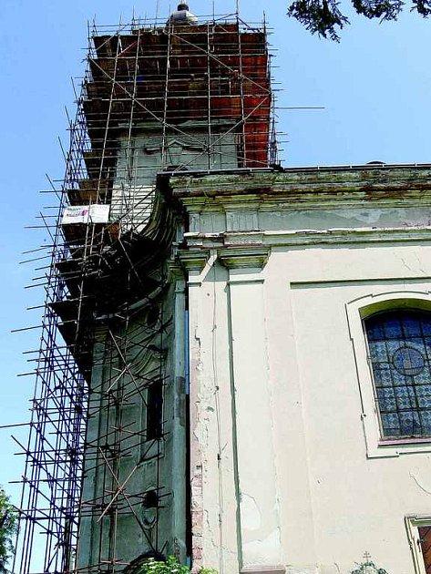 Kostel sv. Bartoloměje v Pecce při opravách.