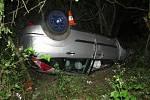 Opilý řidič u Kopidlna nepřizpůsobil rychlost a skončil na střeše v lese.