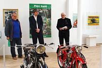 Z vernisáže výstavy o motocyklových závodech v hořickém muzeu.