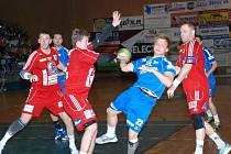 BOJOVNÍK Tomáš Zeman (22) to v zápase proti pražské Dukle neměl vůbec  lehké, soupeř pozorně bránil.