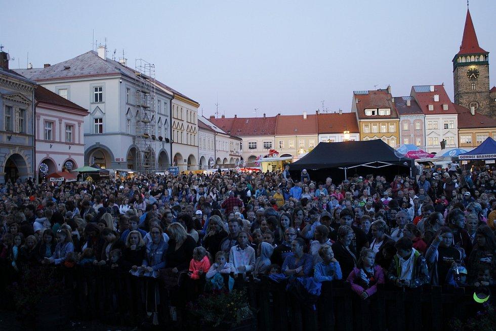 Před koncertem kapely Jelen se náměstí zaplnilo.