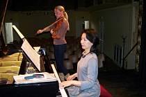 Sobotní program završil slavnostní koncert v sále radnice. Na pódiu se sešly dvě vynikající umělkyně, violistka Jitka Hosprová a klavíristka Akiko Sasaki.