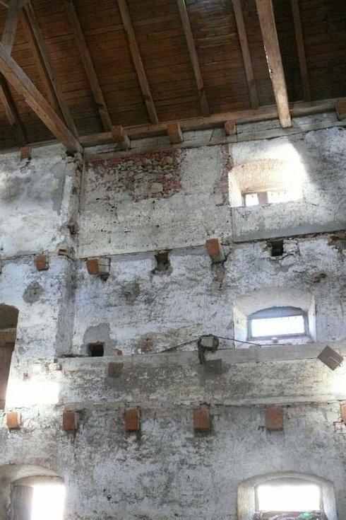 Bývalý majitel z původně třípodlažní budovy vysekal trámy, které následně rozprodal. Foto: Jiří Slavík, NPÚ